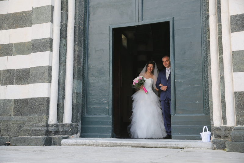 fotografo-matrimonio-levanto-destination-wedding-photographer_sposi_uscita-chiesa1